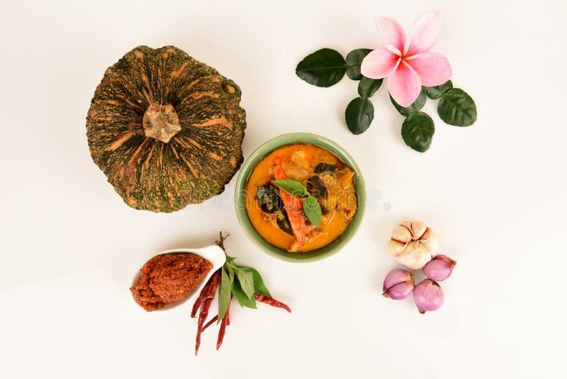 Roter Curry mit Schweinefleisch und Kürbis und Bestandteil: Kürbis, Schweinefleischscheibe, Paprikapaste, Basilikum, thailändisch lizenzfreie stockbilder