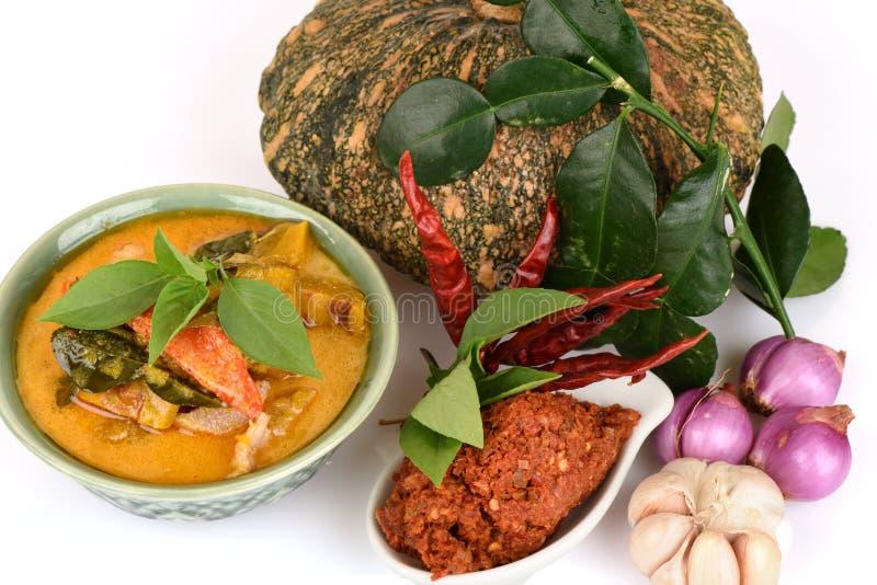 Roter Curry mit Schweinefleisch und Kürbis und Bestandteil: Kürbis, Schweinefleischscheibe, Paprikapaste, Basilikum, thailändisch lizenzfreies stockfoto
