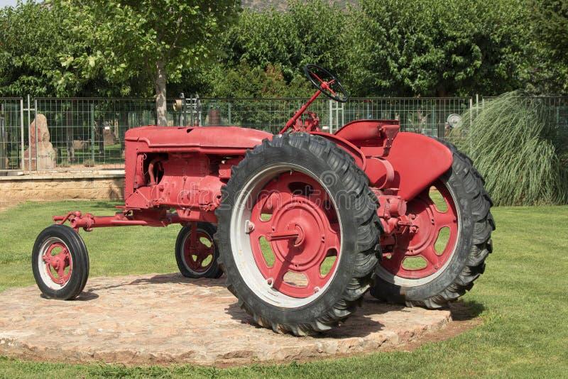 Roter dekorativer Traktor stockbilder