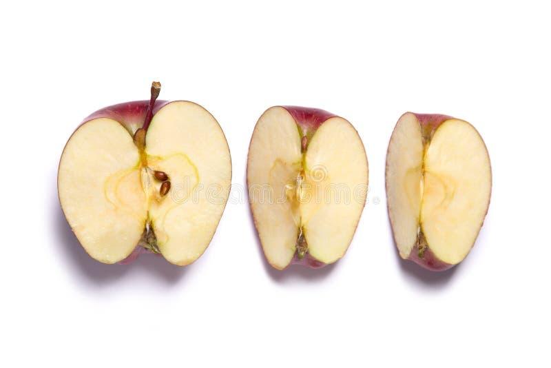 Roter-Deliciousapfel geschnitten in Hälfte und in Viertel stockfotografie