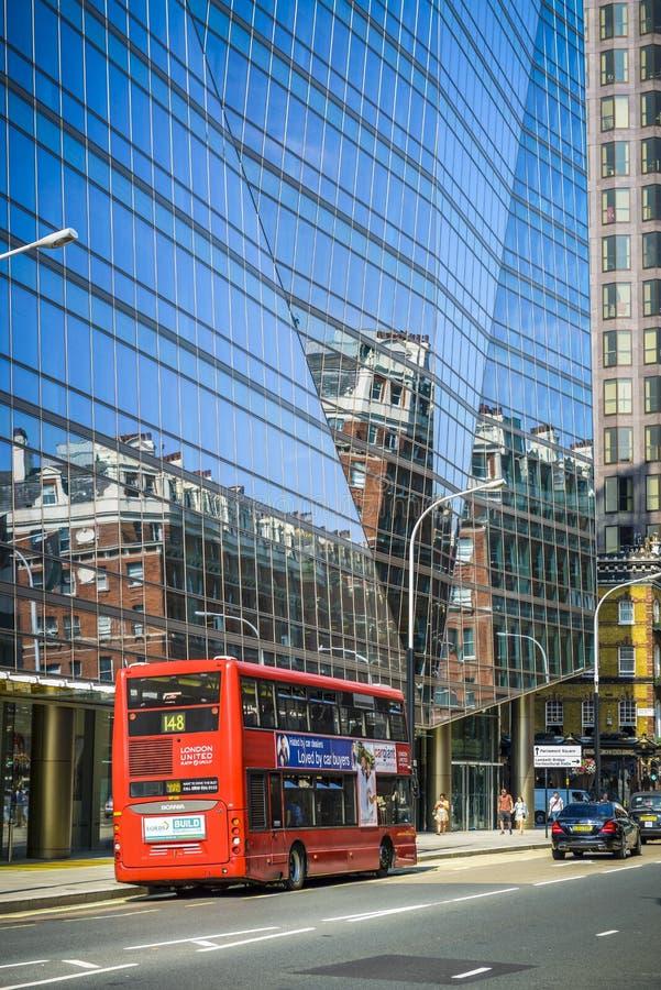 Roter Doppeldeckerbus in London lizenzfreies stockbild