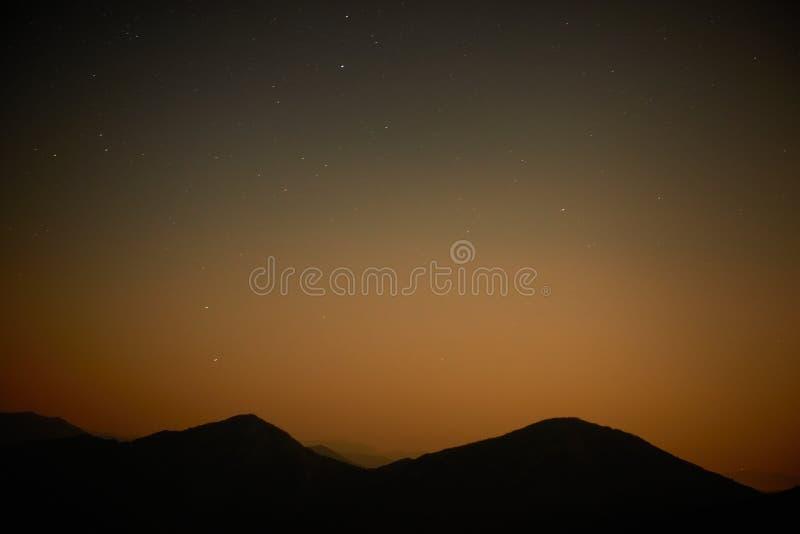 Roter dunkler nächtlicher Himmel mit Sternen lizenzfreies stockbild