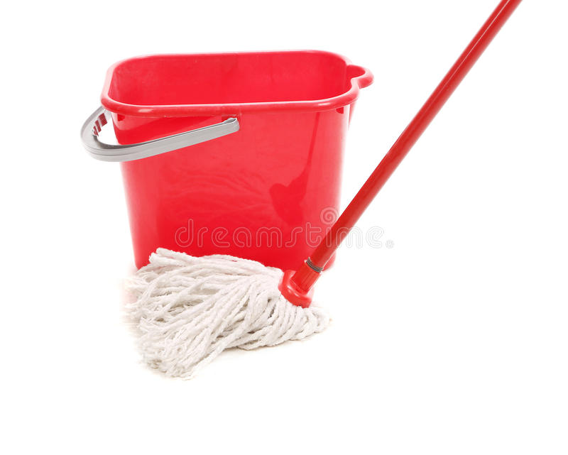 Roter Eimer mit Reinigungsmop. stockfotografie