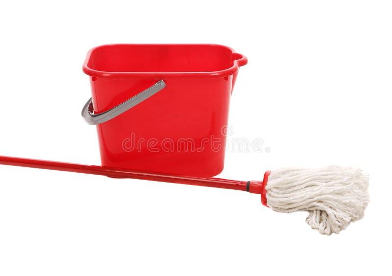 Roter Eimer mit Reinigungsmop lizenzfreies stockbild