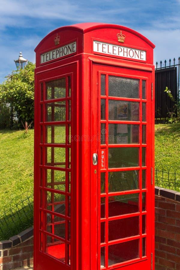 Roter englischer Telefonkasten stockfotografie