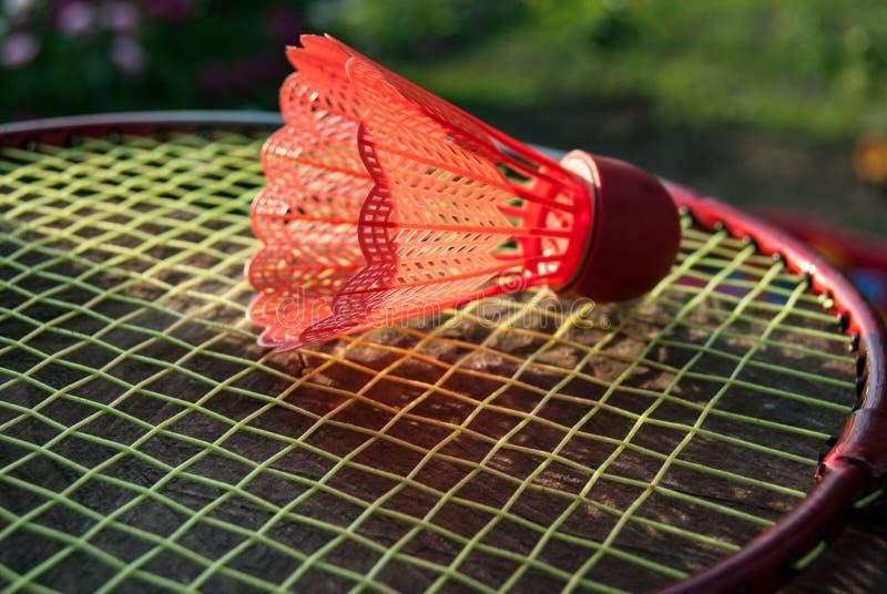 Roter Federball des Badminton lizenzfreies stockfoto