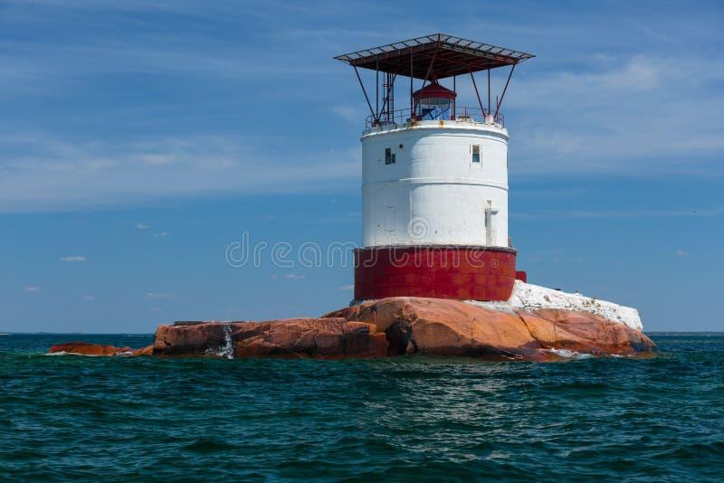 Roter Felsen-Leuchtturm auf georgischer Bucht lizenzfreie stockfotos