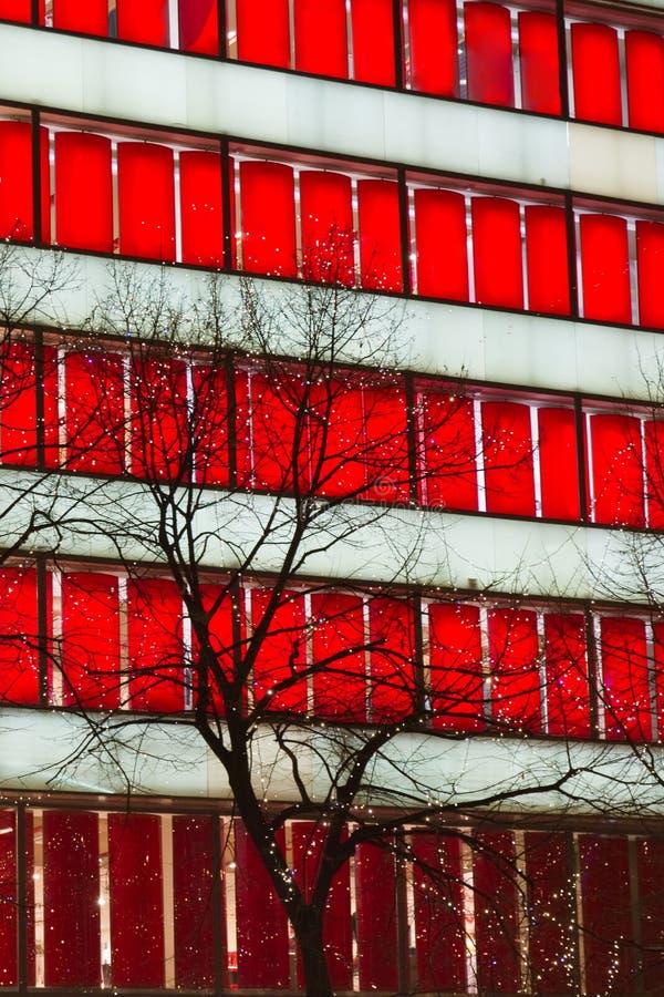 Download Roter Fensterwolkenkratzer stockbild. Bild von auszug - 26355285