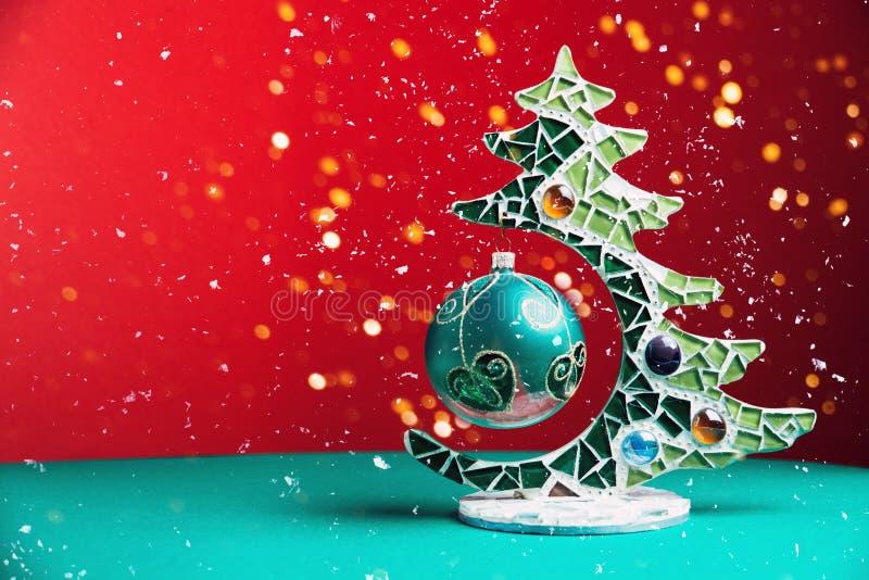 Roter festlicher Hintergrund der frohen Weihnachten mit Weihnachtsbaum lizenzfreie stockfotografie