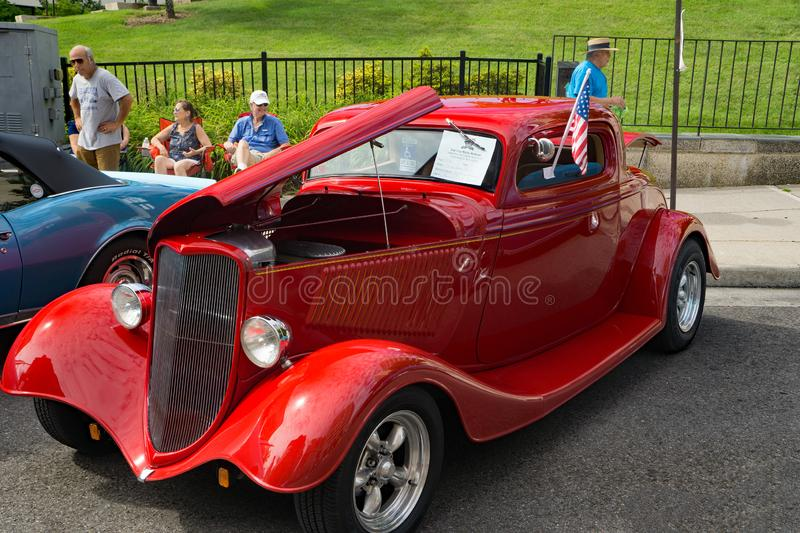 1934 roter Ford Three Widow Coup stockfotos