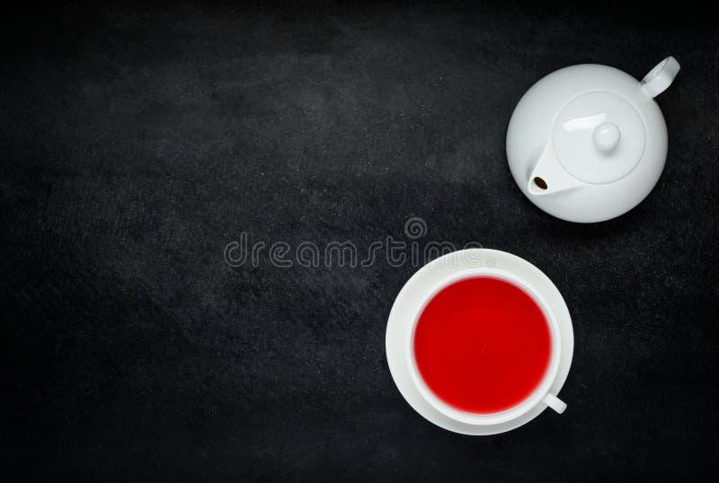 Roter Frucht-Tee mit weißem Teekannen-und Kopien-Raum lizenzfreie stockbilder
