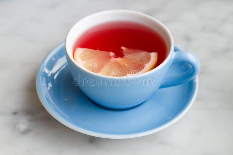 Roter Fruchttee mit Zitronenscheibe stockfoto
