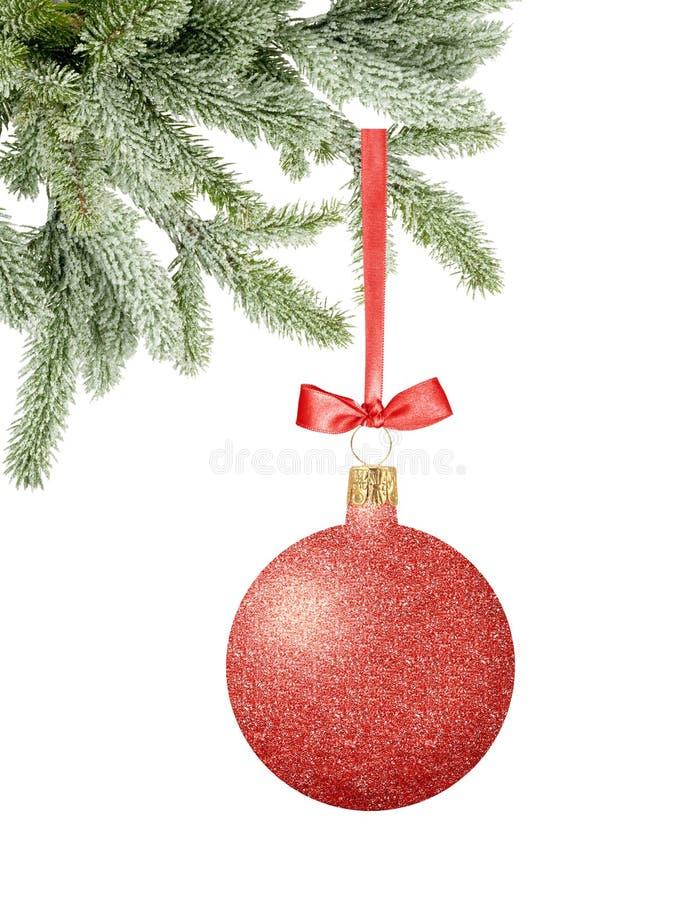 Roter Funkeln-Weihnachtsdekorball mit Bogen auf Band auf Schneebaum stockbild