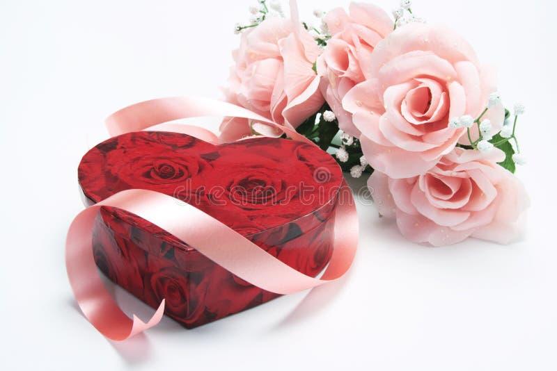 Roter Geschenk-Kasten mit rosafarbenen Rosen stockfotos