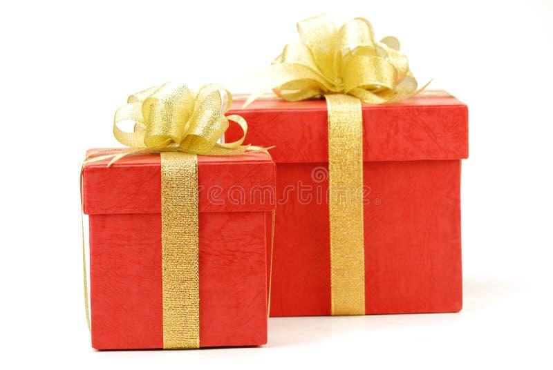 Roter Geschenkkasten getrennt auf dem weißen Hintergrund stockfotografie