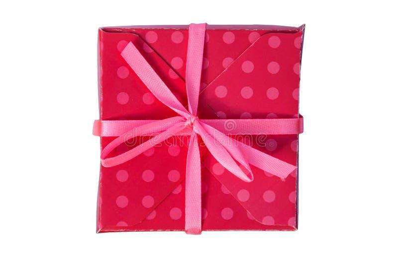 Roter Geschenkkasten getrennt auf weißem Hintergrund lizenzfreies stockbild
