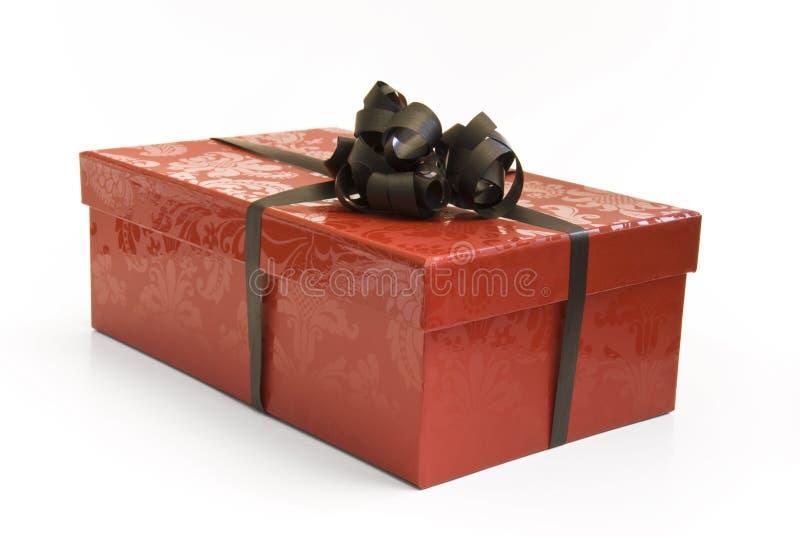 Roter Geschenkkasten mit Farbband stockfotos
