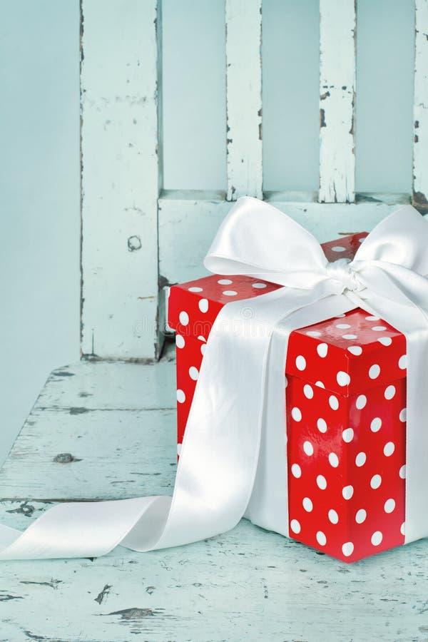 Roter Geschenkkasten mit weißem Bogen stockbilder