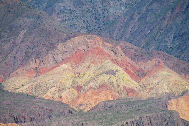 Roter gestreifter Berg in Purmamarca-Dorf, Argentinien lizenzfreies stockbild