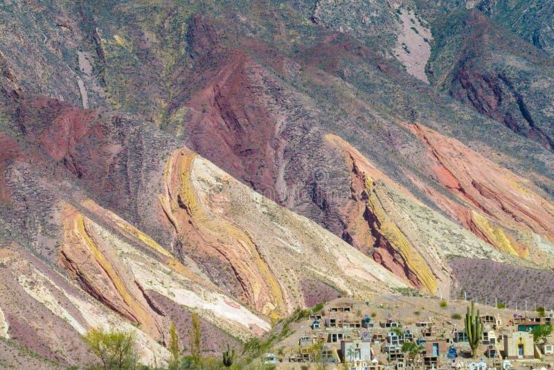 Roter gestreifter Berg in Purmamarca-Dorf, Argentinien lizenzfreie stockfotografie