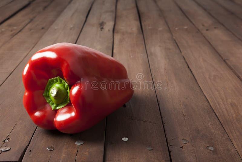 Roter grüner Pfeffer auf brauner Tabelle lizenzfreie stockfotos