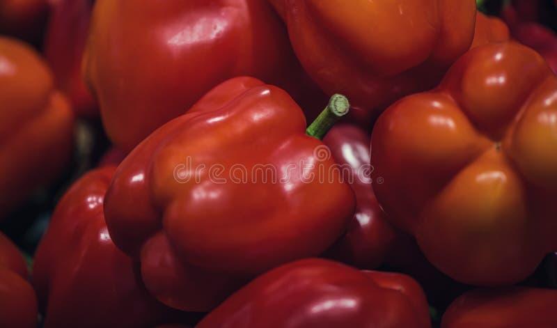 Roter grüner Pfeffer in den Behältern im Supermarkt sehr viele Fleischmehlklöße lizenzfreie stockbilder