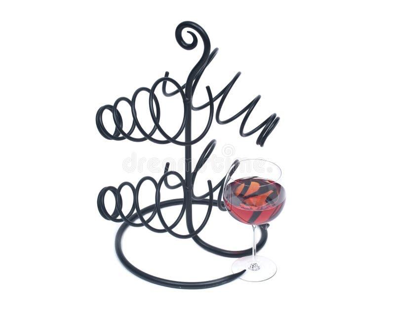 Roter Granatapfelwein im Glas- und Metallweinflaschenhalter stockfotos