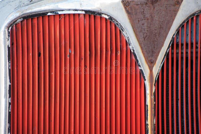 Roter Grill eines Busses oder des LKWs malte rot stockbilder