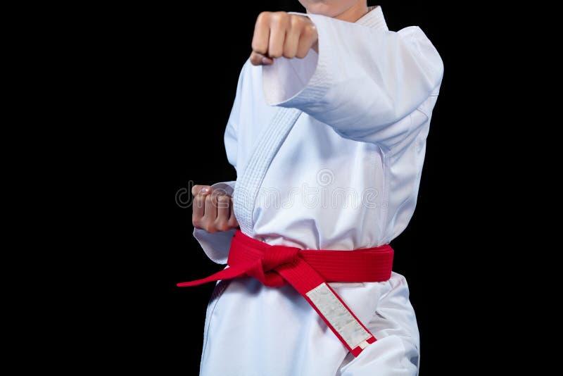 Roter Gurt des Aikido auf weißem Kimono auf schwarzem Hintergrund lizenzfreies stockfoto
