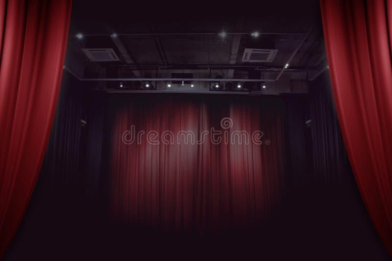 Roter Hauptvorhang im Theater stockfoto
