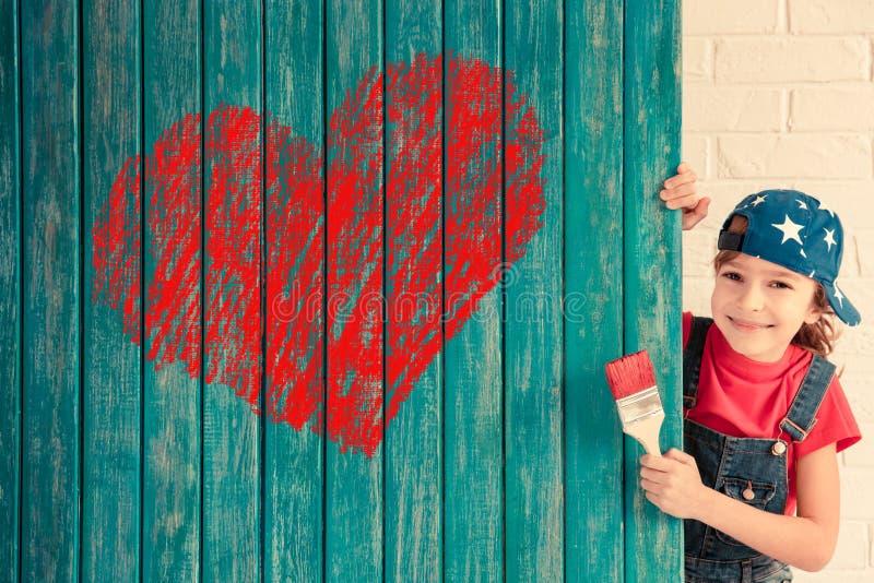 Roter heart-shaped Schmucksachegeschenkkasten und eine rote Spule auf einem Zeichen lizenzfreies stockfoto
