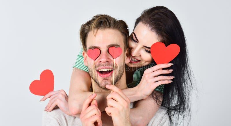 Roter heart-shaped Schmucksachegeschenkkasten und eine rote Spule auf einem Zeichen Valentinsgrußtag und -liebe Romantische Ideen lizenzfreies stockbild