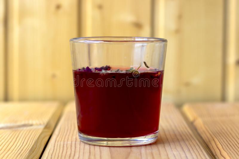Roter Hibiscustee in einer Glasschale lizenzfreie stockbilder