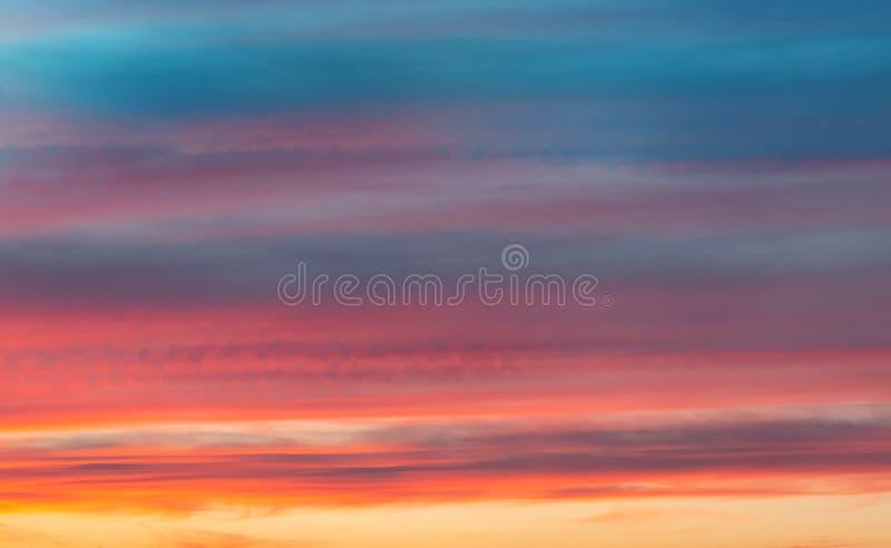 Roter Himmel am Sonnenuntergang schöner Überlauf von Farben bei Sonnenuntergang, Stadtlandschaft lizenzfreie stockfotos