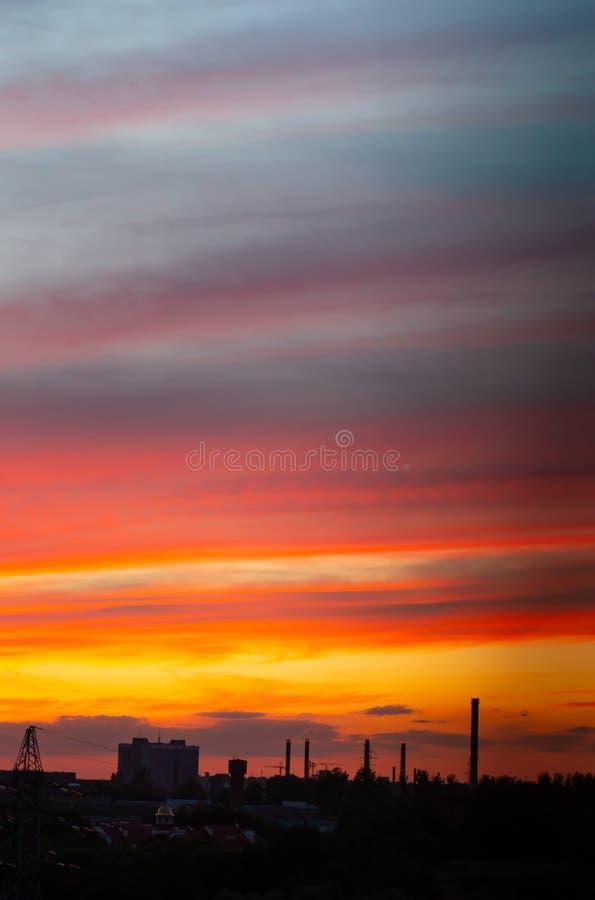 Roter Himmel am Sonnenuntergang schöner Überlauf von Farben bei Sonnenuntergang, Stadtlandschaft stockbild