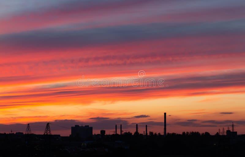 Roter Himmel am Sonnenuntergang schöner Überlauf von Farben bei Sonnenuntergang, Stadtlandschaft stockbilder