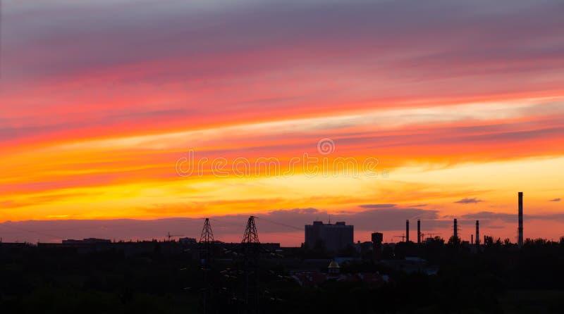 Roter Himmel am Sonnenuntergang schöner Überlauf von Farben bei Sonnenuntergang, Stadtlandschaft stockfotografie