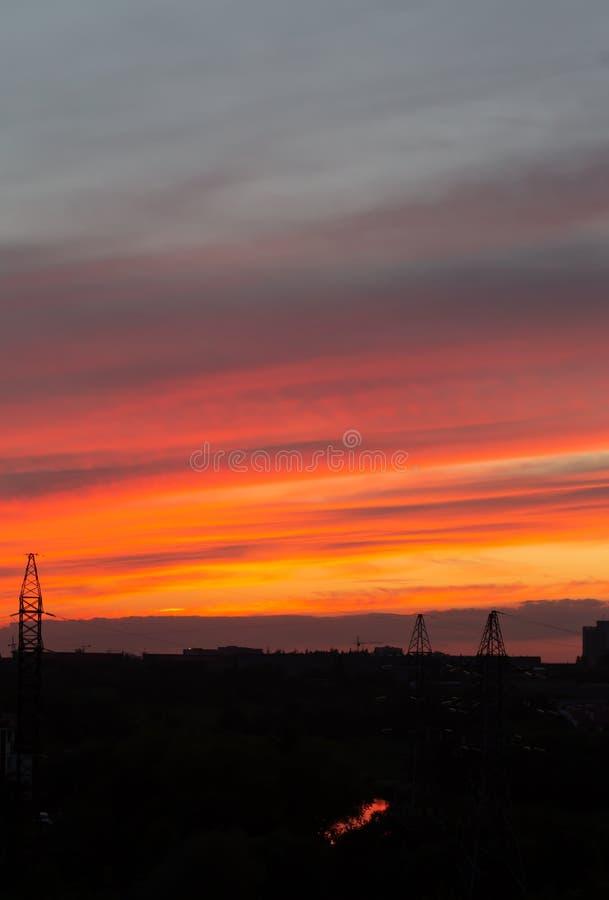 Roter Himmel am Sonnenuntergang schöner Überlauf von Farben bei Sonnenuntergang, Stadtlandschaft lizenzfreies stockbild