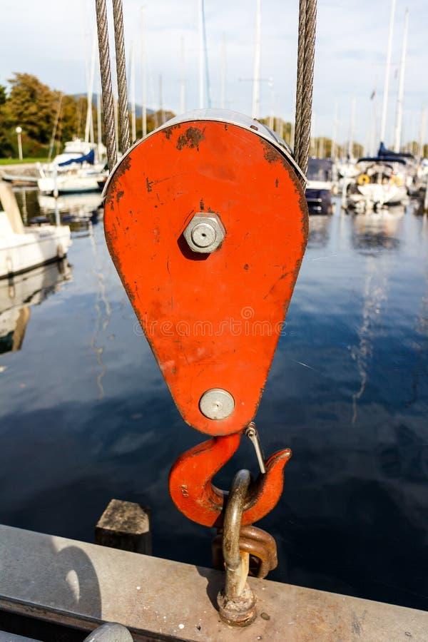 Roter Hochleistungshaken auf einer Hebemaschine an einem Jachthafen lizenzfreie stockfotografie