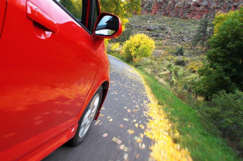 Roter Honda-Pass-Sitz, der in Fallzeit antreibt lizenzfreie stockfotos