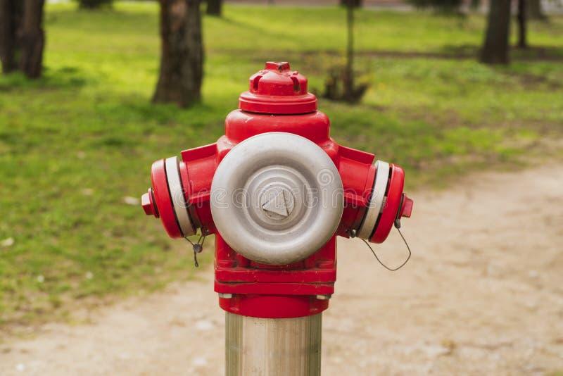 Roter Hydrant auf der Straße in Europa Roter overground Hydrant in der Stadt Brandherdwasser für stockbild