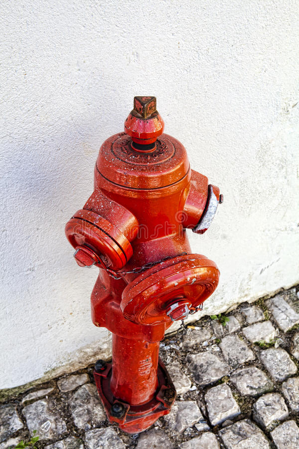 Roter Hydrant auf einer Straße lizenzfreie stockfotografie