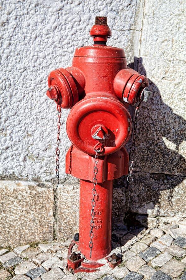Roter Hydrant der Nahaufnahme auf einer Straße lizenzfreies stockfoto