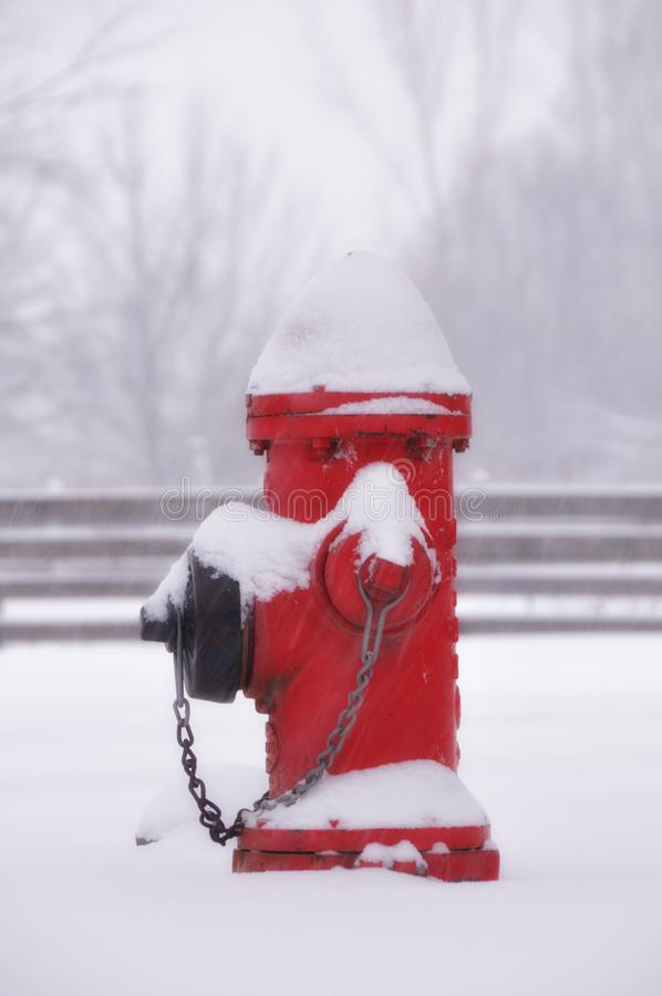 Roter Hydrant im Schnee lizenzfreie stockfotos