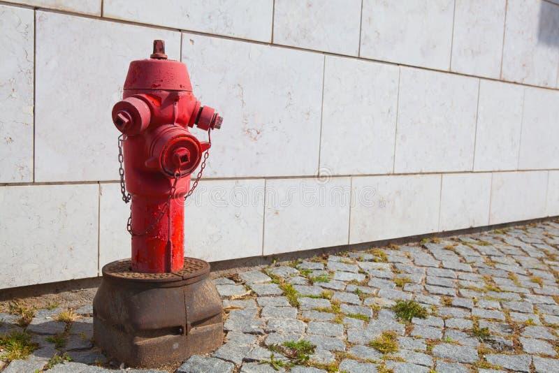Roter Hydrant in Lissabon Portugal lizenzfreies stockbild