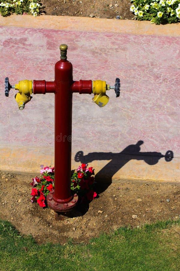 Roter Hydrant mit gelben Verbindungsstücken Hydrant oder Feuerlöschpumpe, stellt den Punkt der Verbindung dar, durch den Feuerweh stockfotos