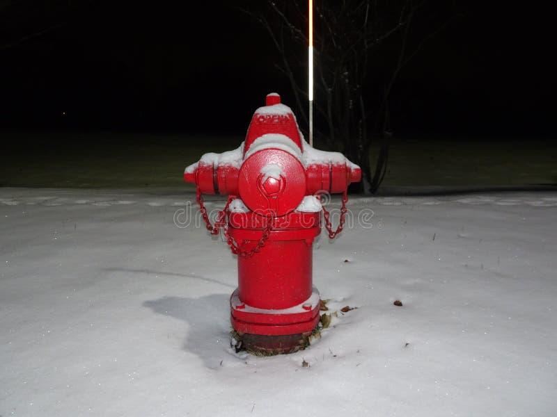 roter Hydrant und Schnee stockfotografie