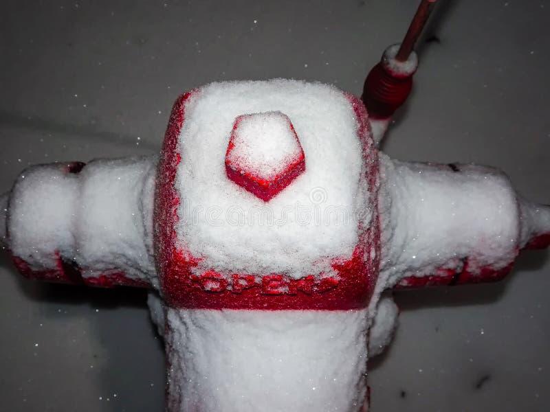 roter Hydrant und Schnee lizenzfreie stockfotografie