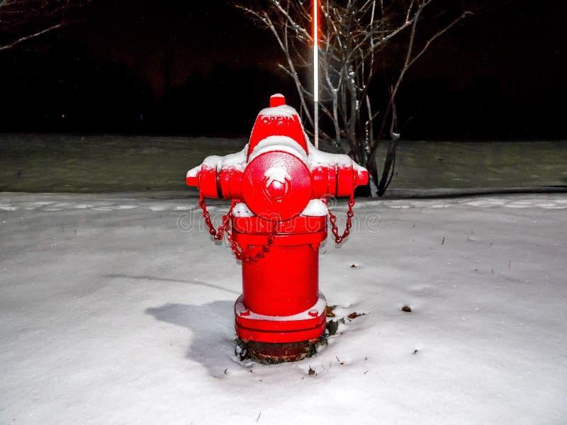 roter Hydrant und Schnee stockbilder