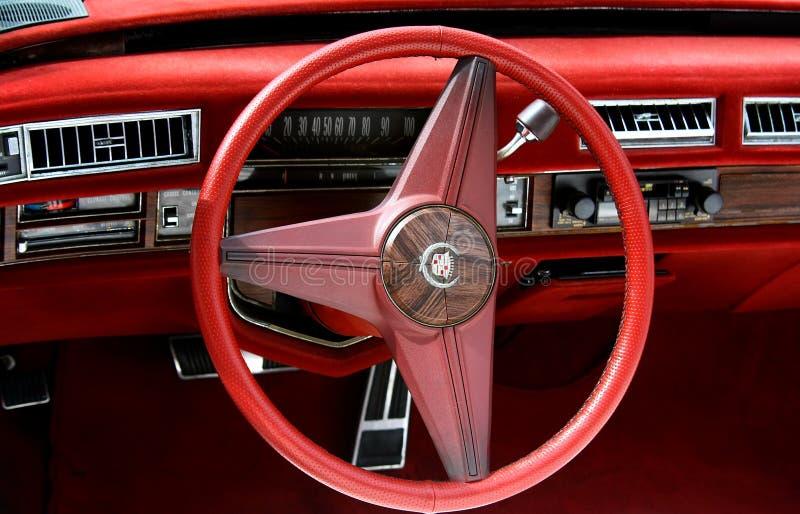 Roter Innenraum von Cadillac-Oldtimer lizenzfreies stockbild